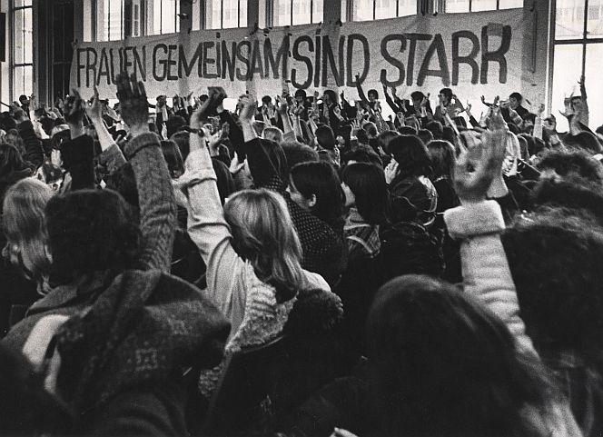 Frauenkonferenz 1974. Irgendwo im Gewühle bin ich.