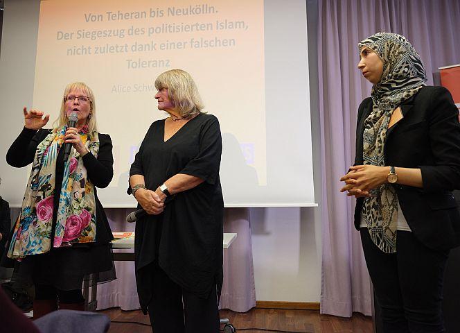Prof. Susanne Schröter, Alice Schwarzer und Doktorandin Sonia Zayed. - Foto: Bettina Flitner