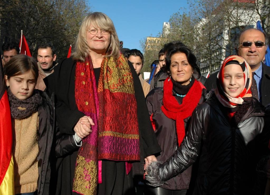 """Alice Schwarzer auf einer türkischen Demo in Köln """"Für Frieden und gegen Terror"""" (2004). - © Bettina Flitner"""